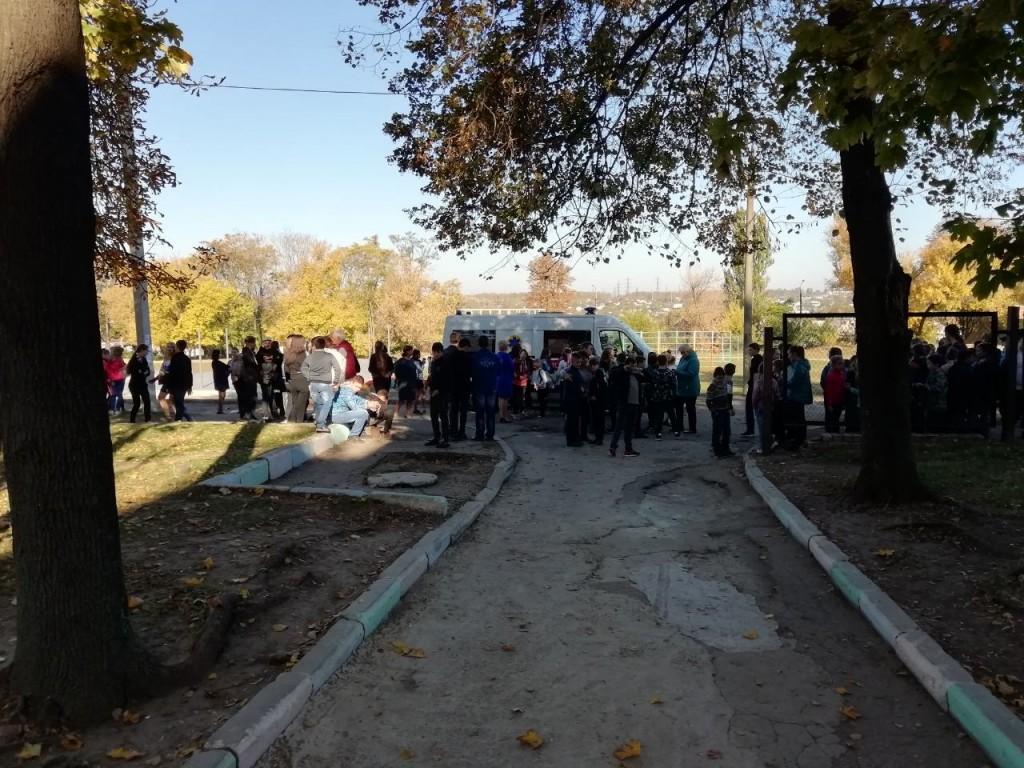 В запорожской школе распылили газ, детей эвакуировали: работает «скорая», полиция и спасатели (ФОТО, ВИДЕО)