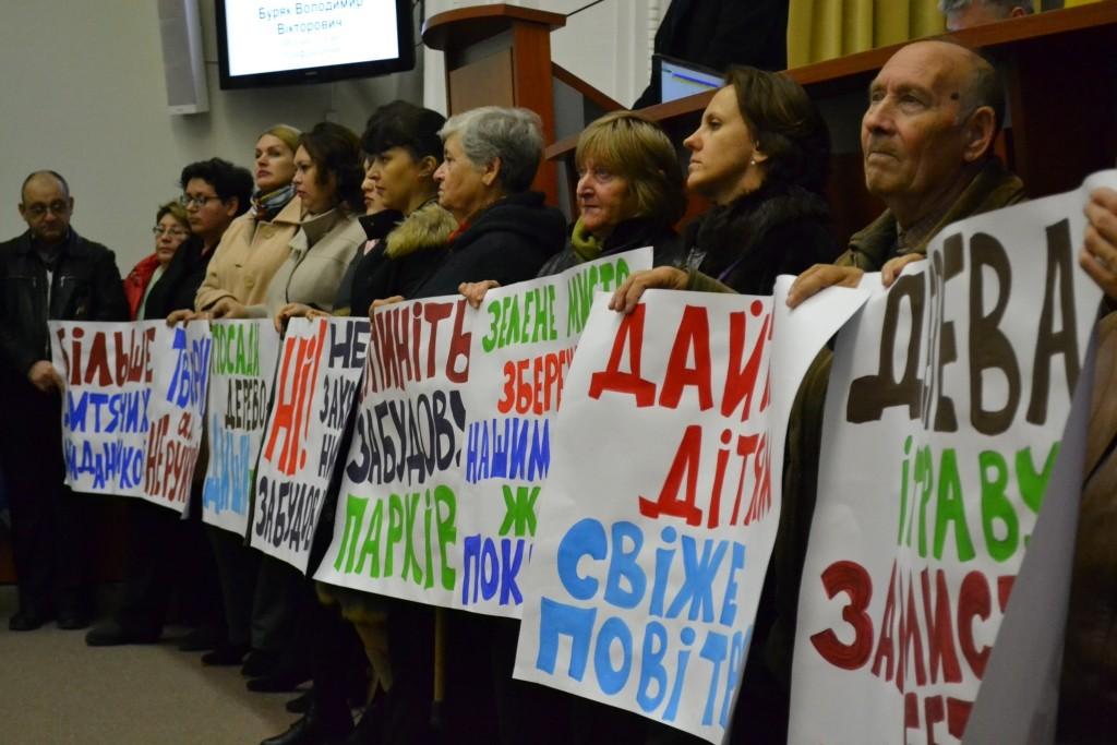 Уничтожили деревья и площадки: в Запорожье на сессии жители Бородинского выступили против новой стройки (ВИДЕО)