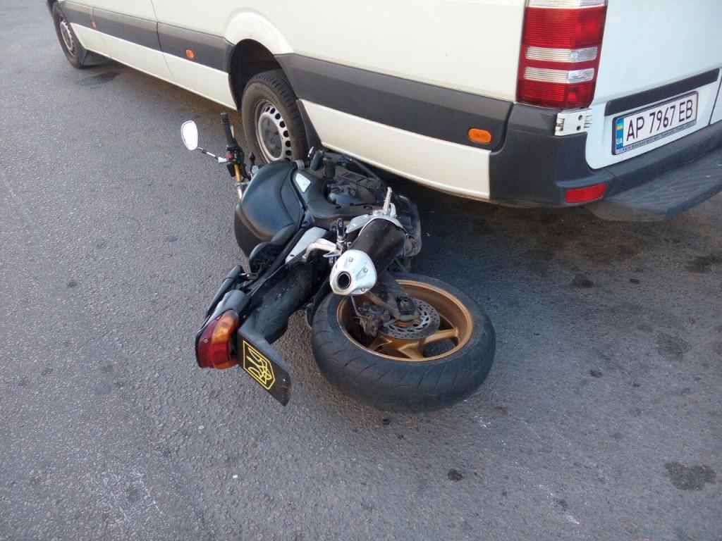 В Запорожье мотоциклист, проехав на «красный», попал в ДТП (ФОТО)