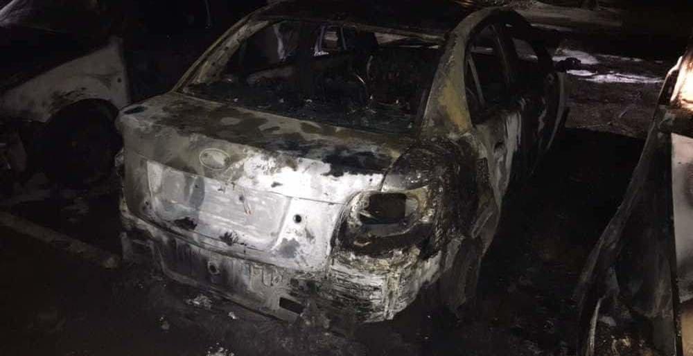 Неудачно припарковались: в Запорожье загорелись сразу несколько иномарок (ФОТО)