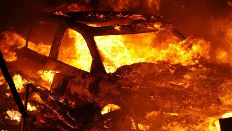 В бердянском дворе взорвался автомобиль: на первых этажах домов вылетели стекла (ФОТО)
