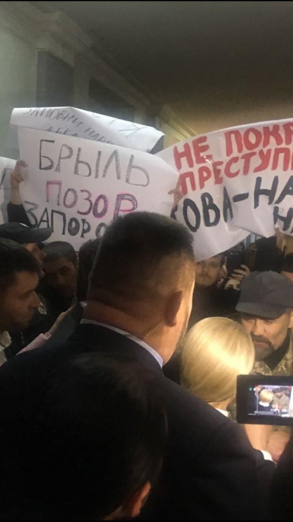 В Запорожье на встрече с Тимошенко активисты и АТОшники требовали отставки Брыля (ФОТО)
