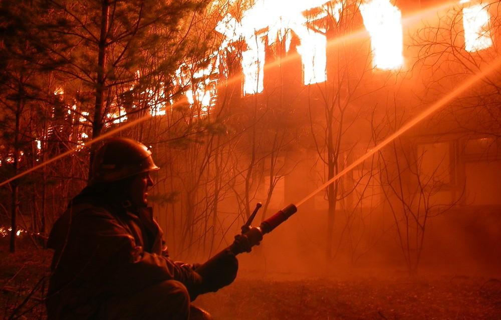 В Запорожской области пожарные спасли женщину из горящего заброшенного здания