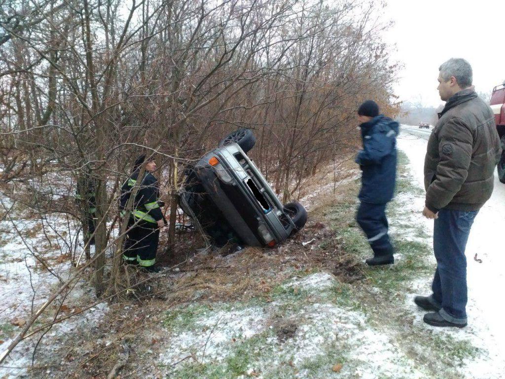 На трассе Харьков-Симферополь перевернулось легковое авто (ФОТО)