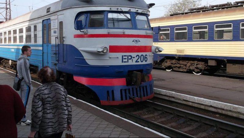 Перепутал поезд с электричкой: в Запорожье полиция спасла от холода потерявшегося мужчину