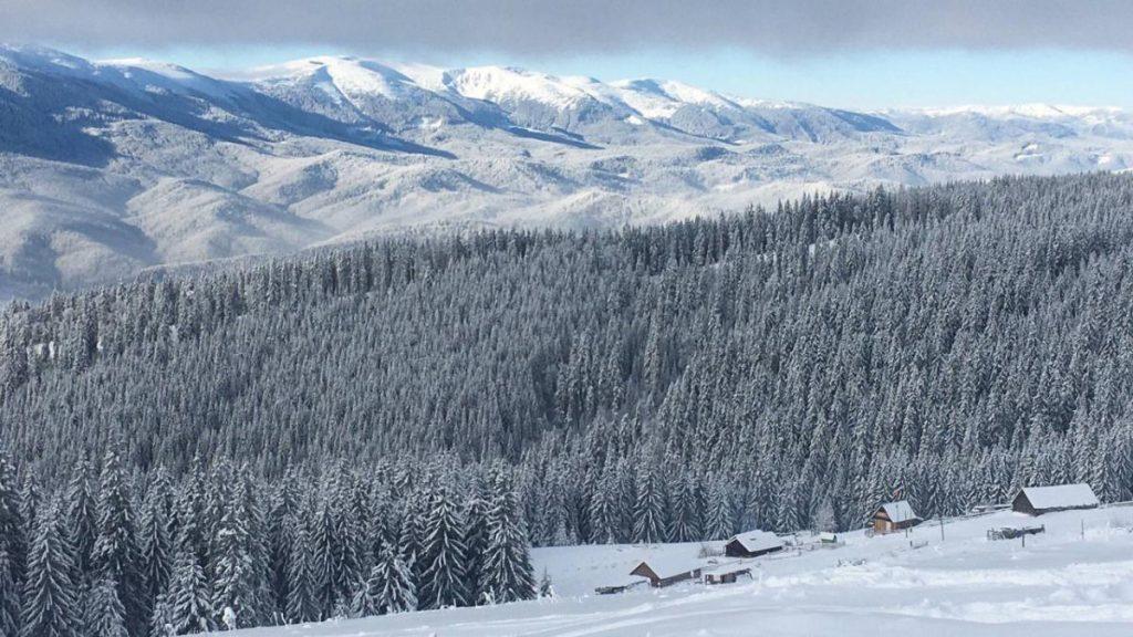 На заметку туристам: как зимой спастись в горах и карта домиков в украинских Карпатах