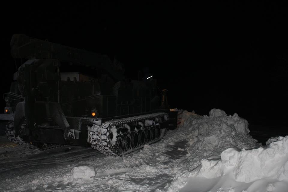 Запорожские спасатели опубликовали видео работы военной техники на заснеженных дорогах (ВИДЕО)