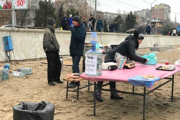 Крещение в Запорожье: на центральном городском пляже продавали чачу (ФОТО)