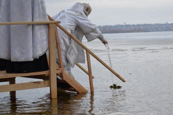 Крещение-2019: как запорожцы на Правобережном пляже в Днепр окунались (ФОТОРЕПОРТАЖ)