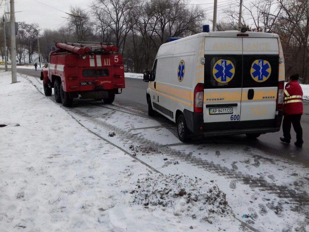 В Запорожье спасли пожилую женщину, упавшую в холодный ручей (ФОТО)
