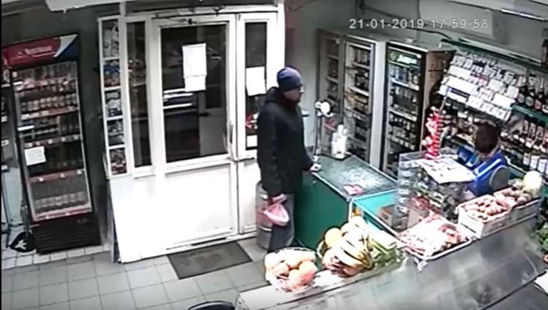 В Мелитополе неадекватный мужчина разгромил магазин из-за бутылки пива (ВИДЕО)