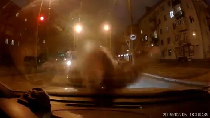 Неадекватный пешеход «напал» на машину в центре Запорожья (ВИДЕО)
