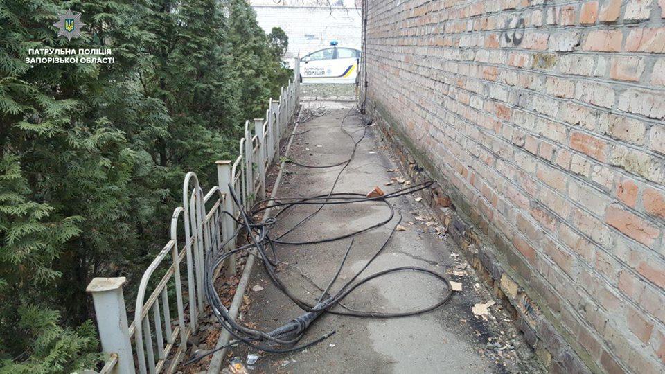 В Запорожье задержали парня, срывавшего кабель с крыши дома (ФОТО)