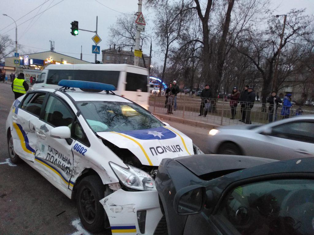 В Запорожье авто полиции на красный свет протаранило две легковушки (ФОТО, ВИДЕО)