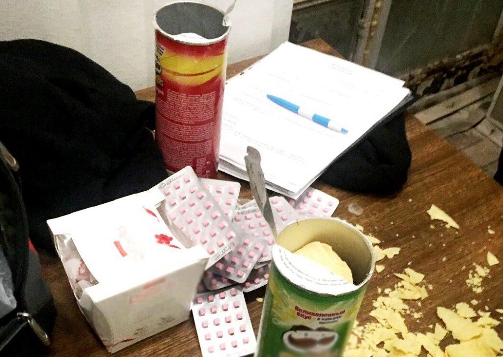 Таблетки вместо чипсов: в Запорожье задержали мужчину, перевозившего анаболики (ФОТО)