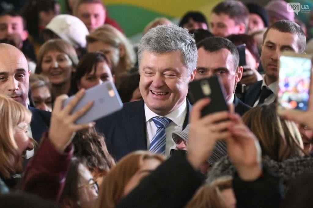 Сорвал шапку, ущипнул за нос: как в сети  отреагировали на встречу Порошенко с избирателями