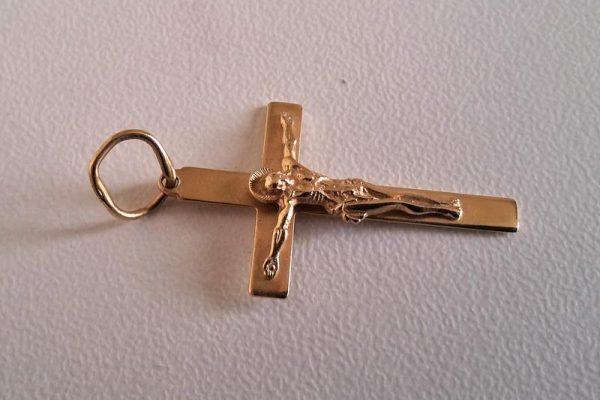Кулон из золота в виде крестика: варианты в подарок и для себя