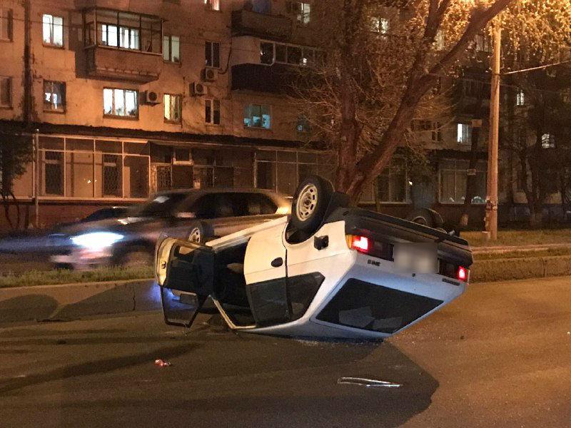 В Запорожье произошло ДТП: один из автомобилей перевернулся на крышу (ФОТО)