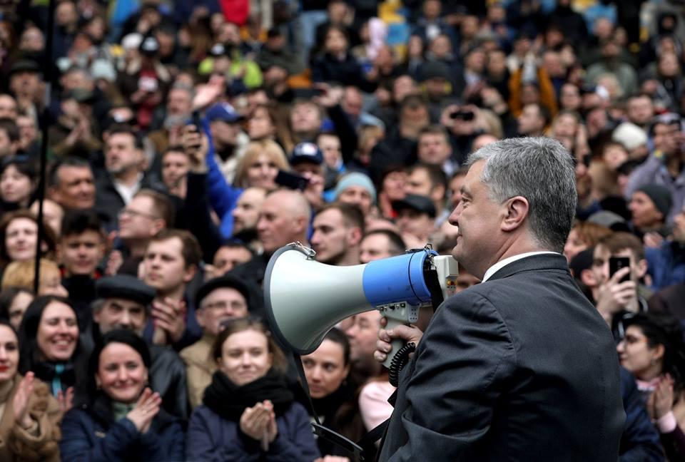 Сколько людей пришло на дебаты на НСК: данные Порошенко, СБУ и полиции отличаются в разы