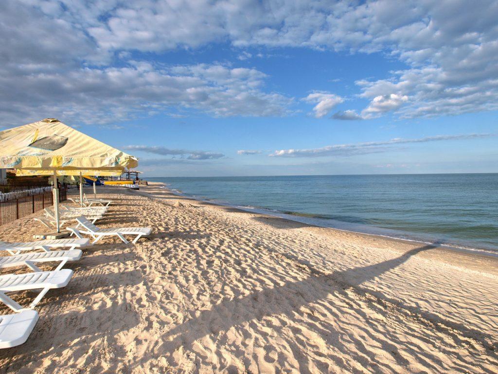 Первооткрыватели пляжного сезона в Кирилловке: отдыхающие уже купаются (ВИДЕО)