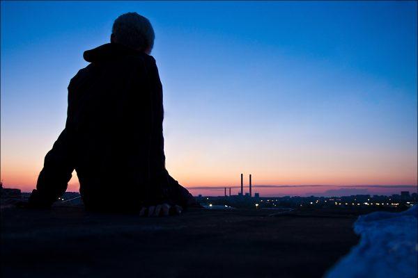 Жуткое зрелище: в Запорожье мужчина под воздействием препаратов залез на крышу многоэтажки (ВИДЕО)