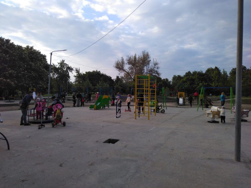 В запорожском парке установили новые детские аттракционы: часть опасны, половина еще не работает (ФОТОРЕПОРТАЖ)