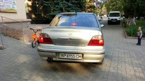 В Запорожье местные жители встали на защиту парковой зоны от заезда авто (ВИДЕО)