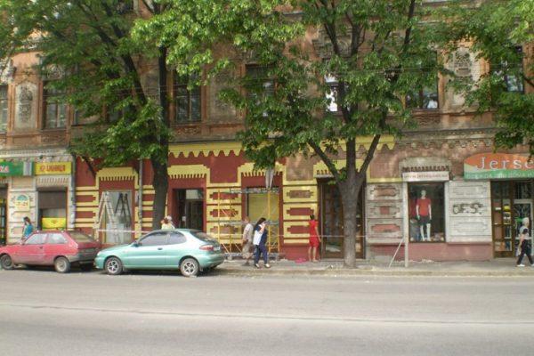 В Запорожье на проспекте владелец магазина самовольно покрасил часть фасада исторического здания (ФОТО)