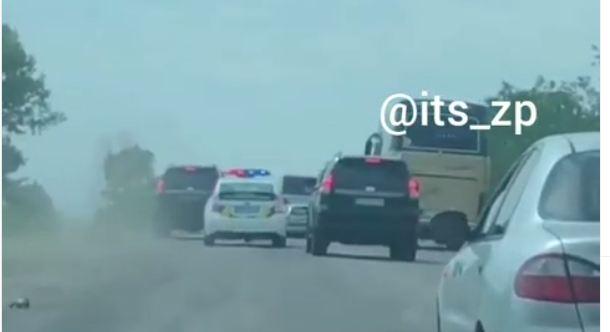 На трассе под Запорожьем два джипа подрезали патрульных, сопровождавших автобусы с детьми (ВИДЕО)