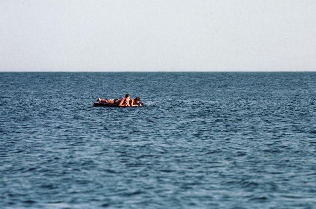 На запорожском курорте в открытое море уносило женщину с тремя детьми