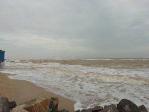В Кирилловке вновь штормит, базы отдыха без света: отдыхающие не рискуют купаться (ВИДЕО)