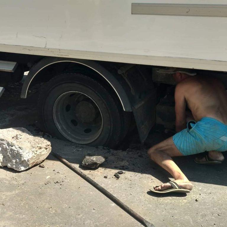 Сделано на века: в Запорожской области грузовик провалился в новый асфальт (ФОТО)