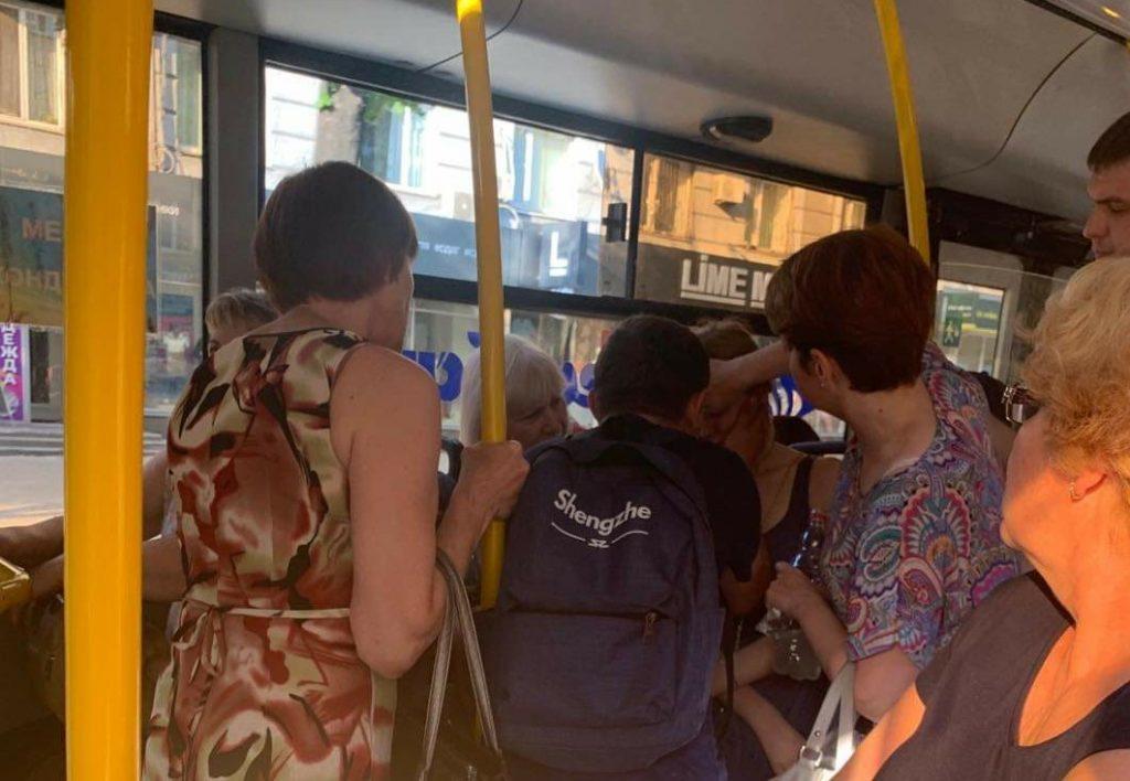 Сэкономили на комфорте: запорожанка от жары потеряла сознание в 18-м автобусе (ФОТО)