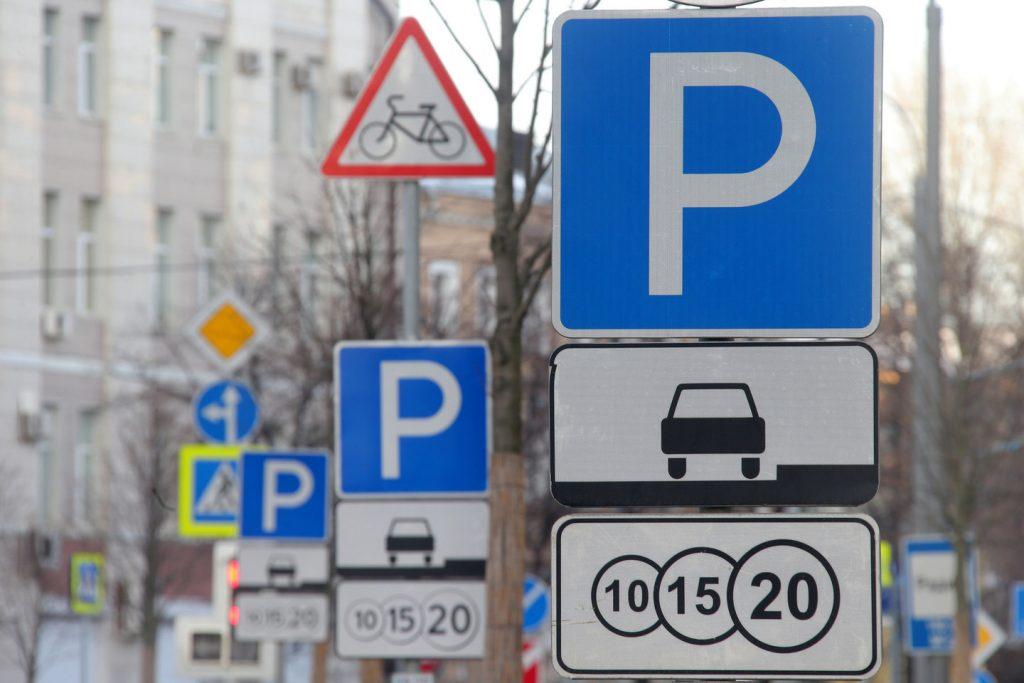 Курьезы: в Запорожье припарковали авто прямо на гараже (ФОТО)