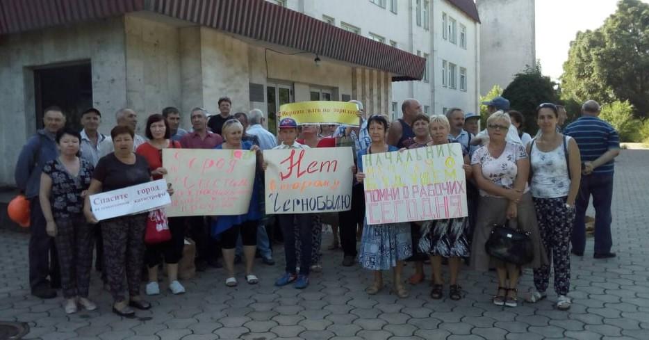 «Вырезали металл на миллионы, а нам не платили «минималку»: рабочие «Кремнийполимера» вышли на протест (ВИДЕО)