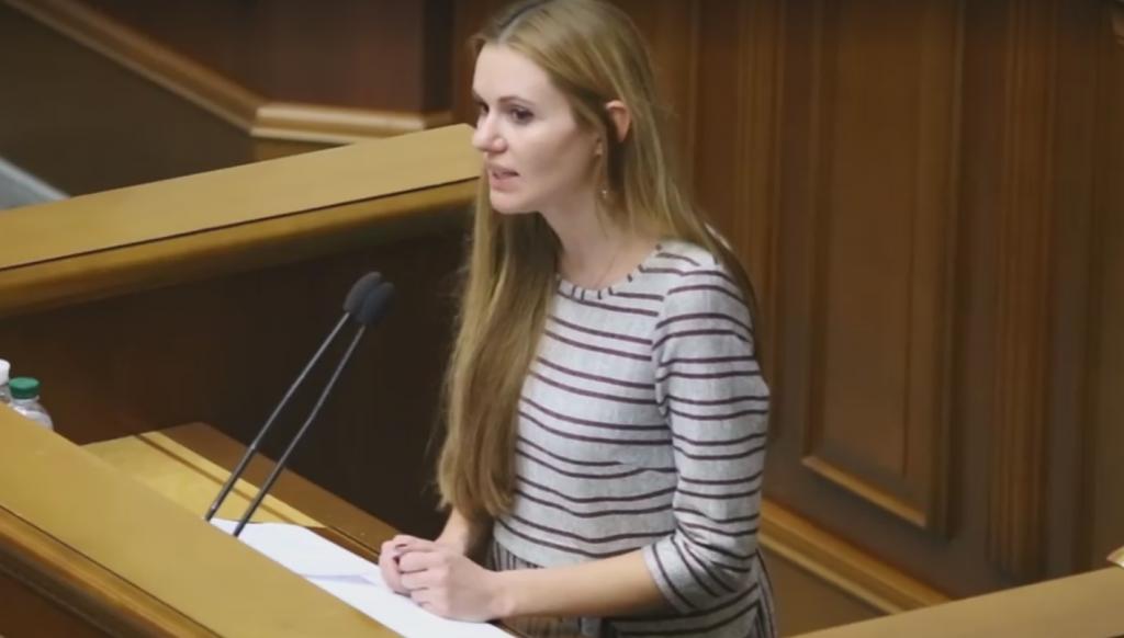 Депутатка проголосовала против земельной реформы и заявила, что из-за этого задержали ее мужа