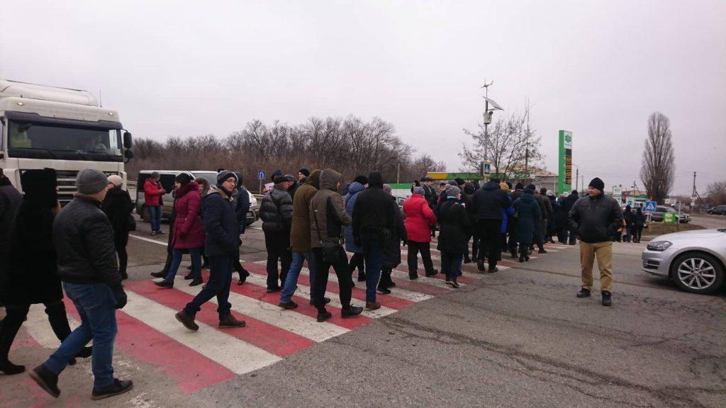 Под Запорожьем назревает бунт: сотни людей перекрыли трассу (ФОТО, ВИДЕО)
