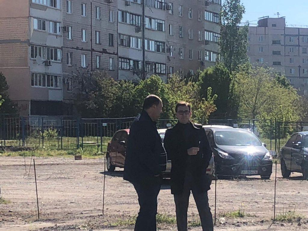 На Бородинском демонтаж стоянки проходит с нарушением правил карантина чиновниками (ФОТО)