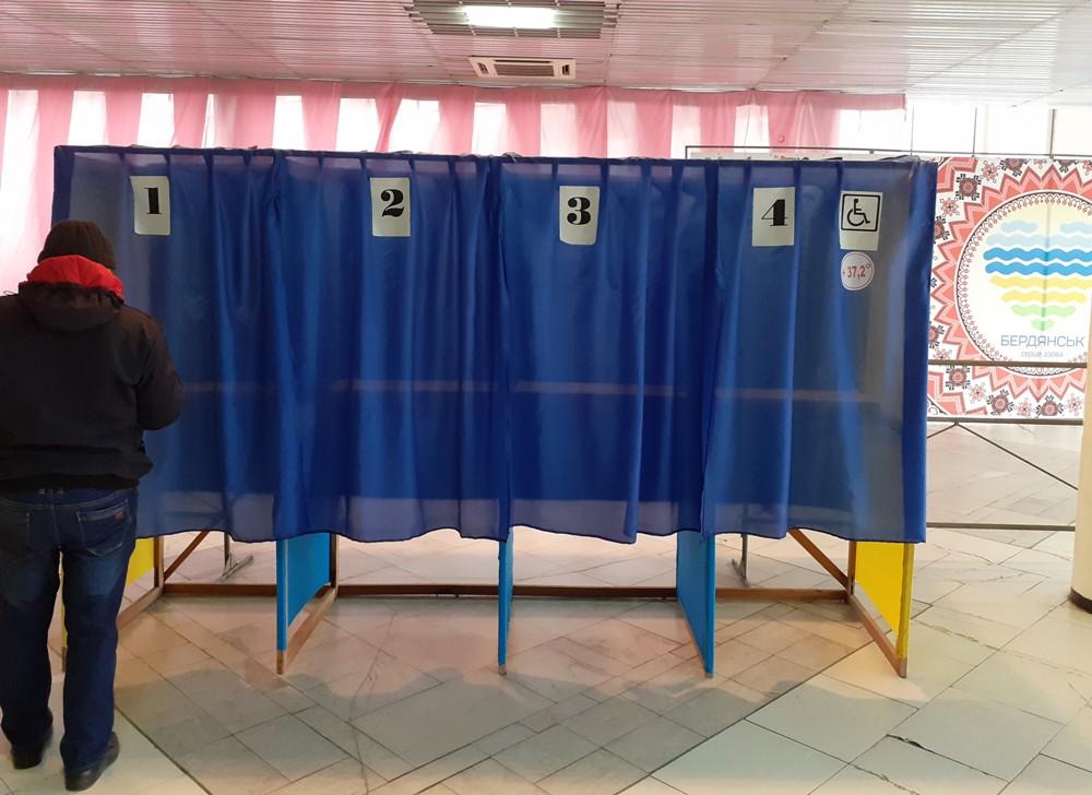 В Бердянске на выборах больным ОРВИ и людям с инвалидностью выделили общую кабинку