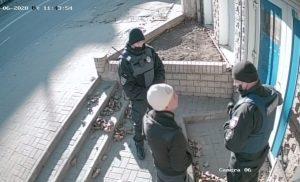 В Запорожье неизвестный взломал вход в частное помещение и запустил туда полицейских: делом занялось ГБР (ВИДЕО)