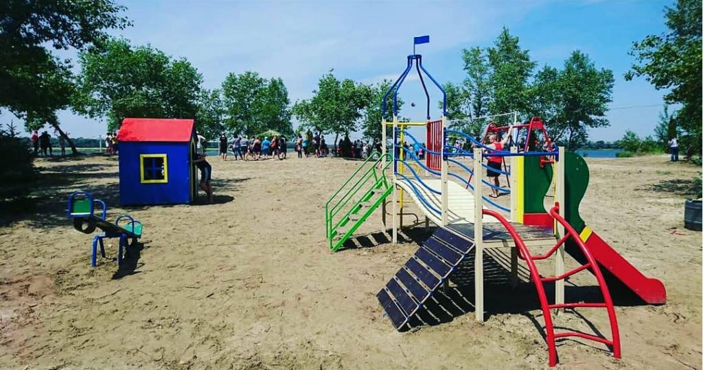 В Запорожье дорога к пляжу утопает в мусоре (ФОТО)