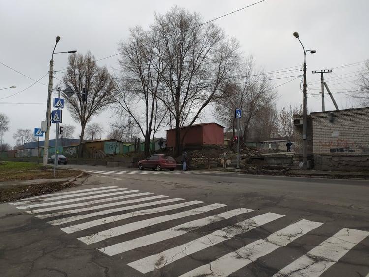 В Запорожье жители спустя год добились установки светофора на опасном участке (ФОТО)