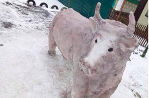 Русалка, кот и даже бык: подборка самых необычных снеговиков украинцев (ФОТО)