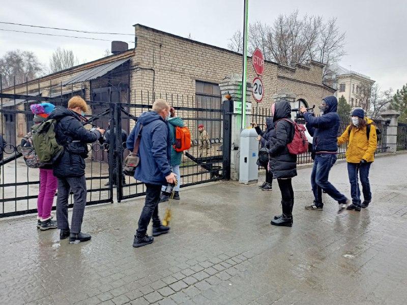 В Запорожье силой не пускали журналистов в горсовет: сессию покинула целая фракция (РЕПОРТАЖ)