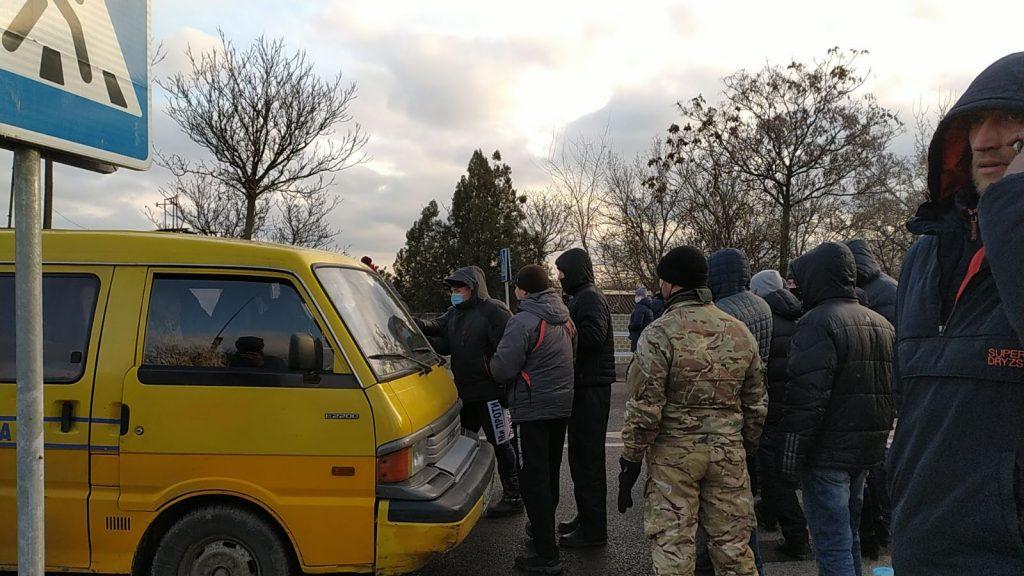 Водитель Укрпочты угрожал пистолетом жителям, перекрывшим трассу Харьков-Симферополь (ФОТО, ВИДЕО)