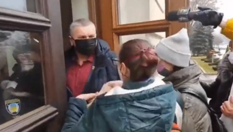 В Запорожье депутат применил силу к журналистке: момент попал на ВИДЕО