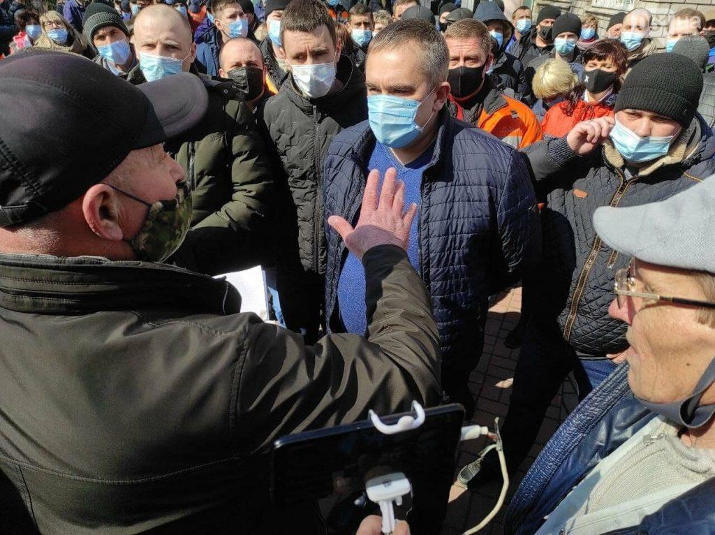 Протестующие окружили главу «Запорожгаза» и завалили вопросами (ФОТО, ВИДЕО)