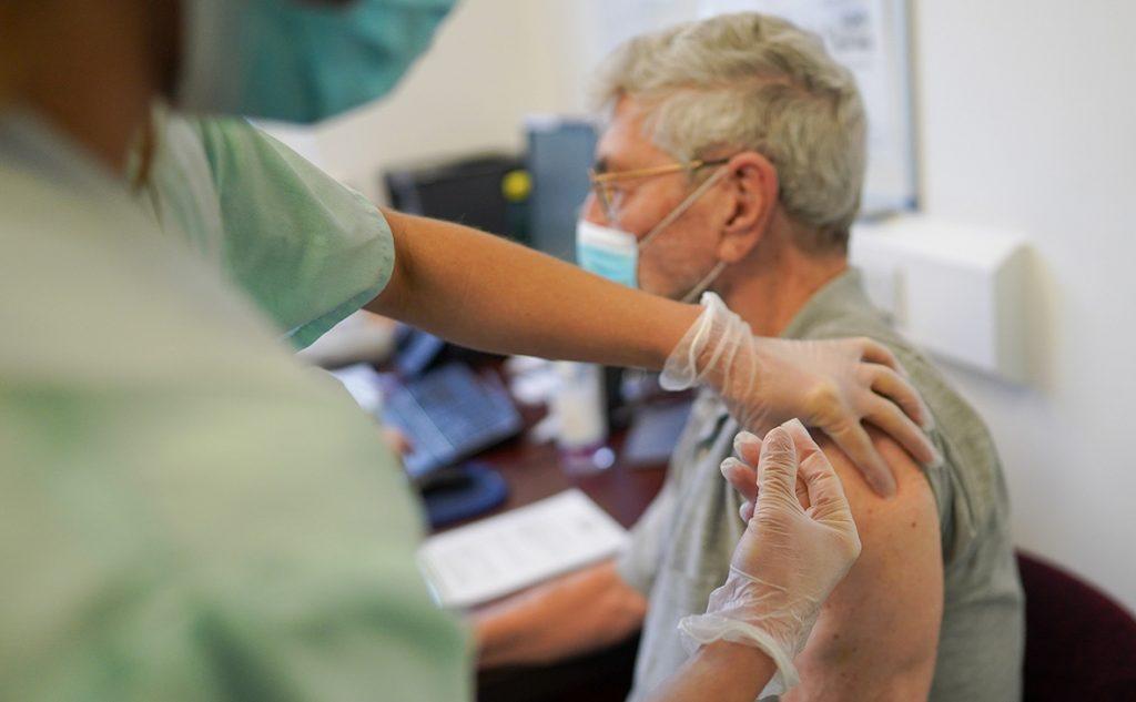 Украинка заразилась COVID-19 после прививки: советы врача