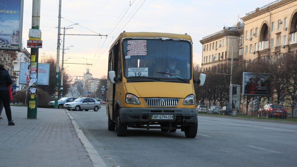 В Запорожье полицейский показал, как маршрутки превышают скоростной режим на проспекте (ФОТО)