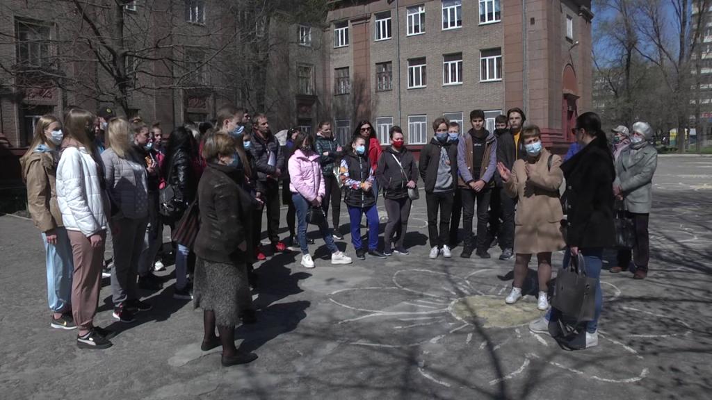 В Запорожье родители одноклассников совершившей суицид девочки стали на защиту учителей (ФОТО, ВИДЕО)